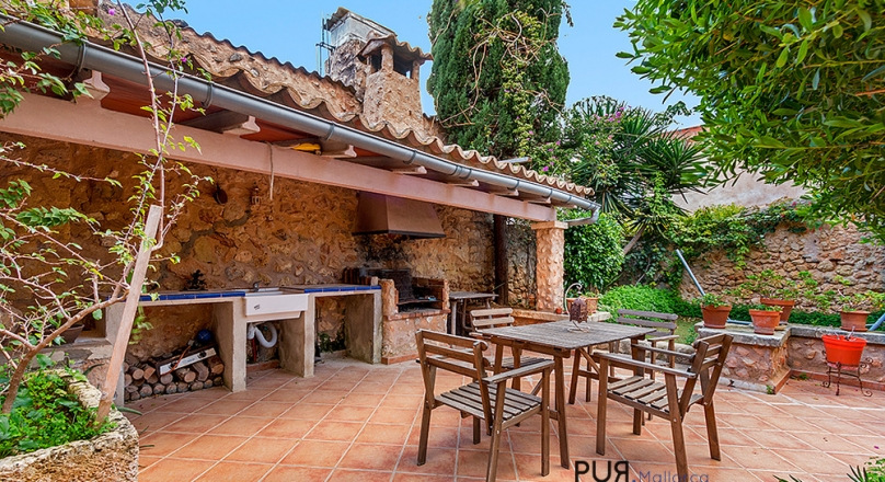 Alaro. Correct mallorquin. 5 bedrooms, 2 bathrooms. And a lot of space.