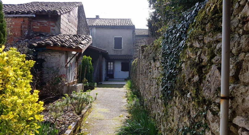 Pretty village house 15 minutes from Valence D'Agen.