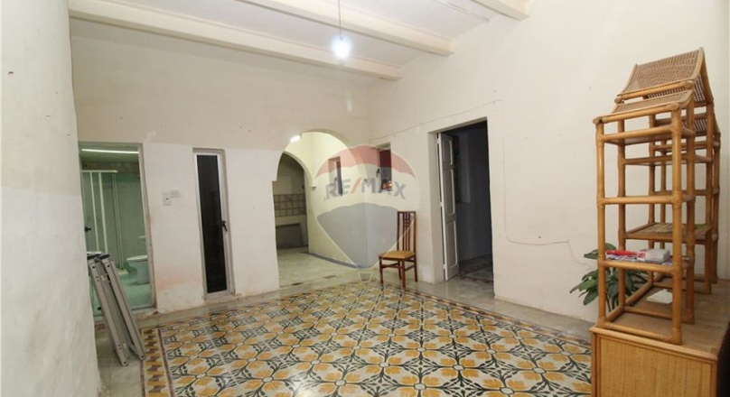 On the market is this unconverted but structurally sound Maisonette in Cospicua