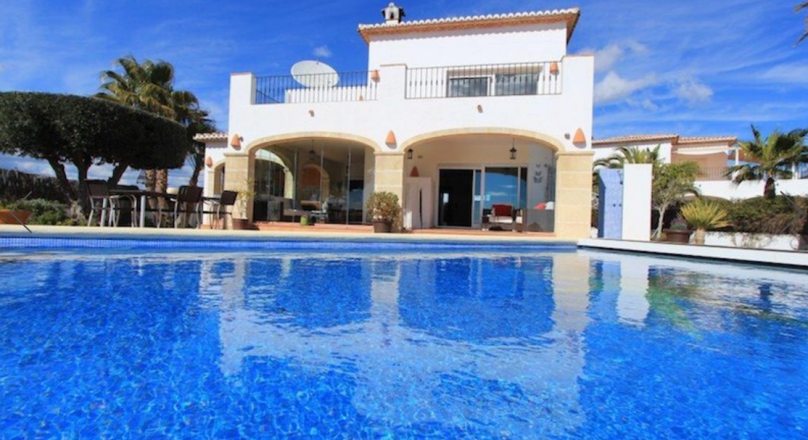 Villa en venta con 6 dormitorios y vistas al mar en Moraira