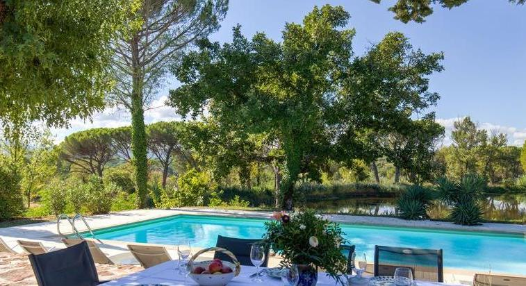 Vidauban, rare property of 13 ha with a pond