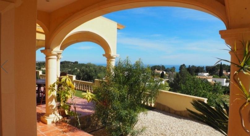 Villa en venta 5 dormitorios con piscina climatizada y vistas al mar y en Moraira