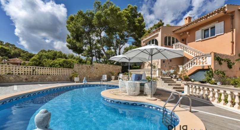 Villa overlooking the bay of Santa Ponsa. Well maintained.