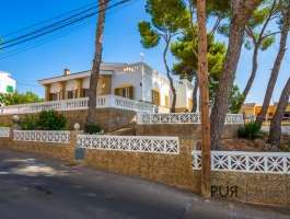 El Arenal. Townhouse. With a large terrace and pool. Something very special.