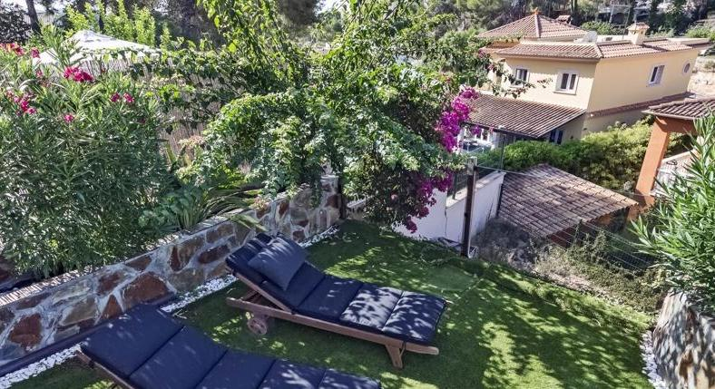 Paguera. An entire house. For Euro 495,000. And in walking position...
