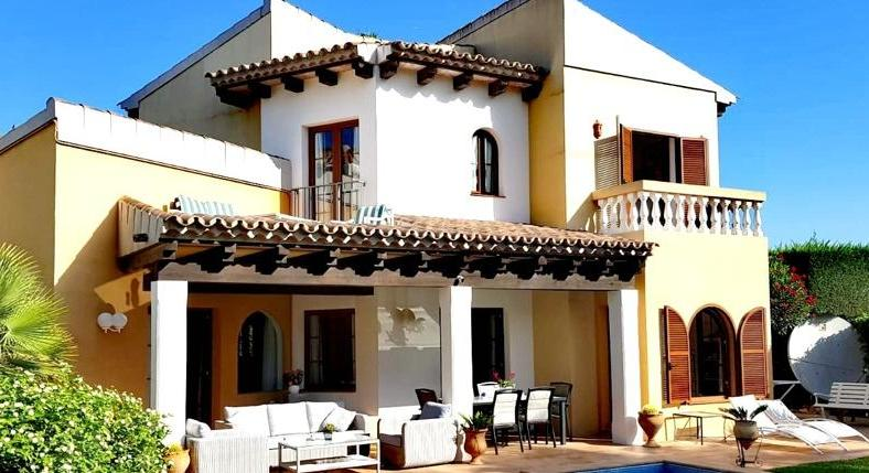 Villa on the golf course. Be on your own and still enjoy the advantages